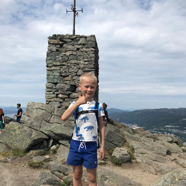 Vinjar Lunde på toppen av Løvstakken, et av Ti på Topp-turmålene i 2018.